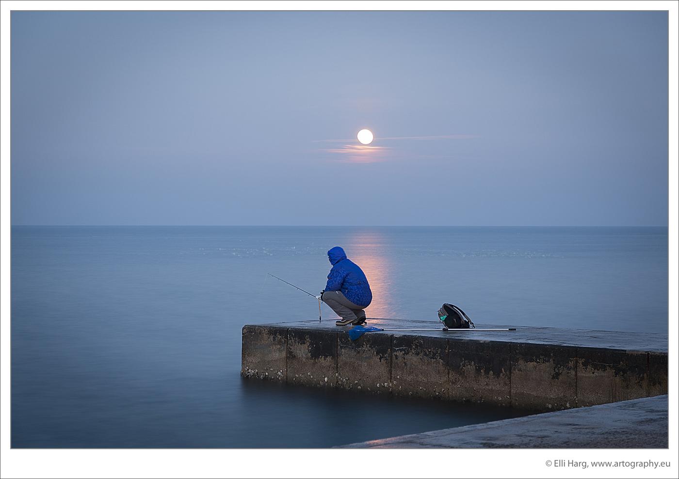 Angler am Morgen im stillen Piran